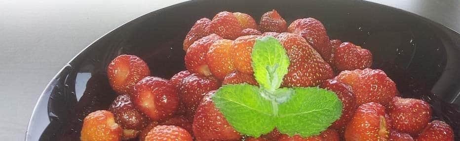 Letni, sezonowy obiad – naleśniki z twarogiem i truskawkami